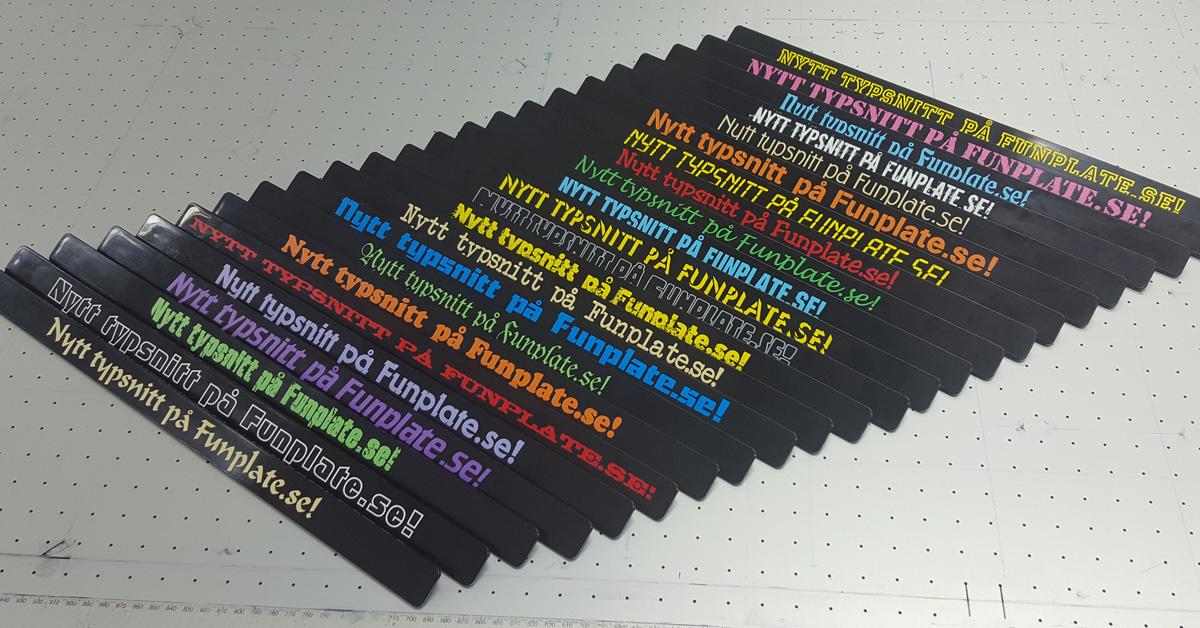 List med färgad text - till registreringsskylthållare